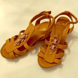 Forever Shoes Tan Wedge Size 6 1/2